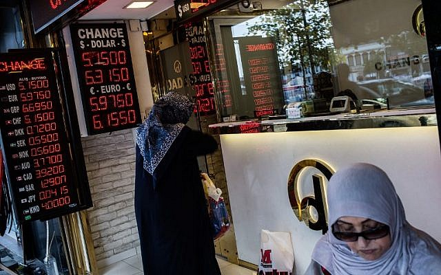 People exchange money at a currency exchange office in Istanbul on August 8, 2018. (AFP Photo/Yasin Akgul)