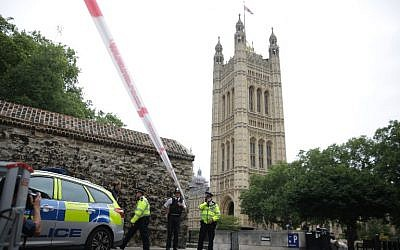 Police secure a cordon outside the Houses of Parliament following an incident where a car crashed into barriers on August 14, 2018. (AFP PHOTO / Daniel LEAL-OLIVAS)