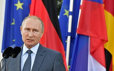 Russian President Vladimir Putin and the German Chancellor give a joint statement on August 18, 2018 at Schloss Meseberg castle in Meseberg, Germany. (AFP Photo/Tobias Schwartz)