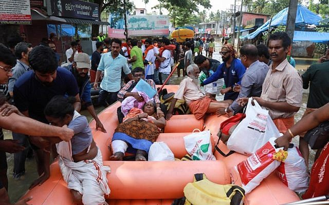 Indian residents are evacuated by rescue workers in Paravoor in Ernakulam district in the south Indian state of Kerala, on August 19, 2018, as the state recovers from substantial flooding. (AFP Photo)