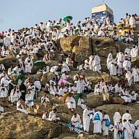Muslim pilgrims gather on Mount Arafat, also known as Jabal al-Rahma (Mount of Mercy), southeast of the Saudi holy city of Mecca, on Arafat Day which is the climax of the Hajj pilgrimage early on August 20, 2018. (AFP PHOTO / AHMAD AL-RUBAYE)