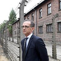 German Foreign Minister Heiko Maas passes a barbed wire fence in the former German concentration camp Auschwitz on August 20, 2018. (AFP PHOTO / JANEK SKARZYNSKI)