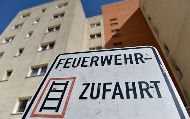 This picture taken on August 22, 2018 in Berlin shows the apartment block where German police commandos arrested a Russian suspected Islamist terrorist accused of having plotted an explosives attack in the country. (AFP/dpa/Paul Zinken)