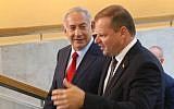 Israeli Prime Minister Benjamin Netanyahu (L) speaks with his Lithuanian counterpart Saulius Skvernelis in Vilnius, Lithuania, on August 23, 2018. (AFP/Petras Malukas)