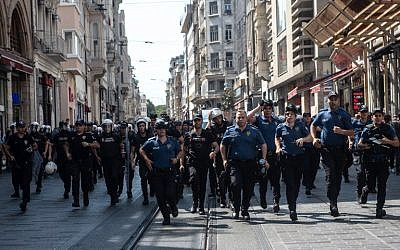 Turkish riot police faces protesters of Saturday mothers group demonstration on August 25, 2018 in Istanbul. (AFP/Yasin AKGUL)