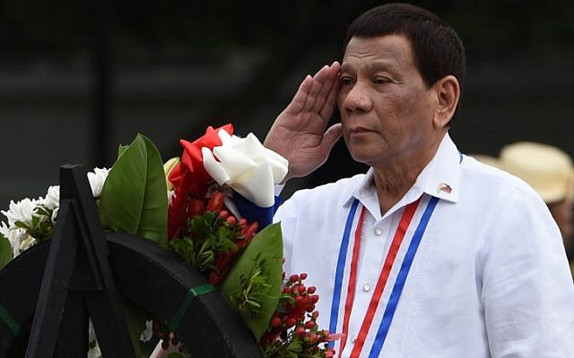 Philippines' President Rodrigo Duterte salutes during a wreath-laying ceremony to commemorate the National Heroes' Day at the Heroes Cemetery in Manila on August 27, 2018. / AFP PHOTO / TED ALJIBE