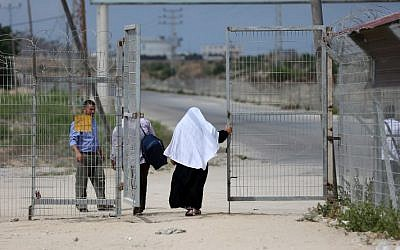 Palestinians are seen crossing at the Erez crossing with Israel near Beit Hanoun in the northern Gaza Strip on  August 27, 2018. (AFP/ MAHMUD HAMS)