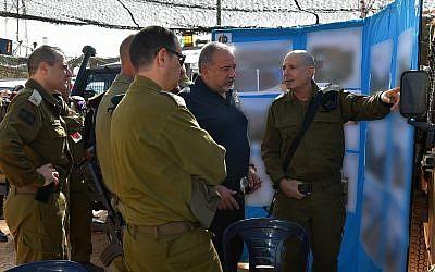 Defense Minister Avigdor Liberman, center, tours the border with Lebanon on August 31, 2018. (Ariel Hermoni/Defense Ministry)