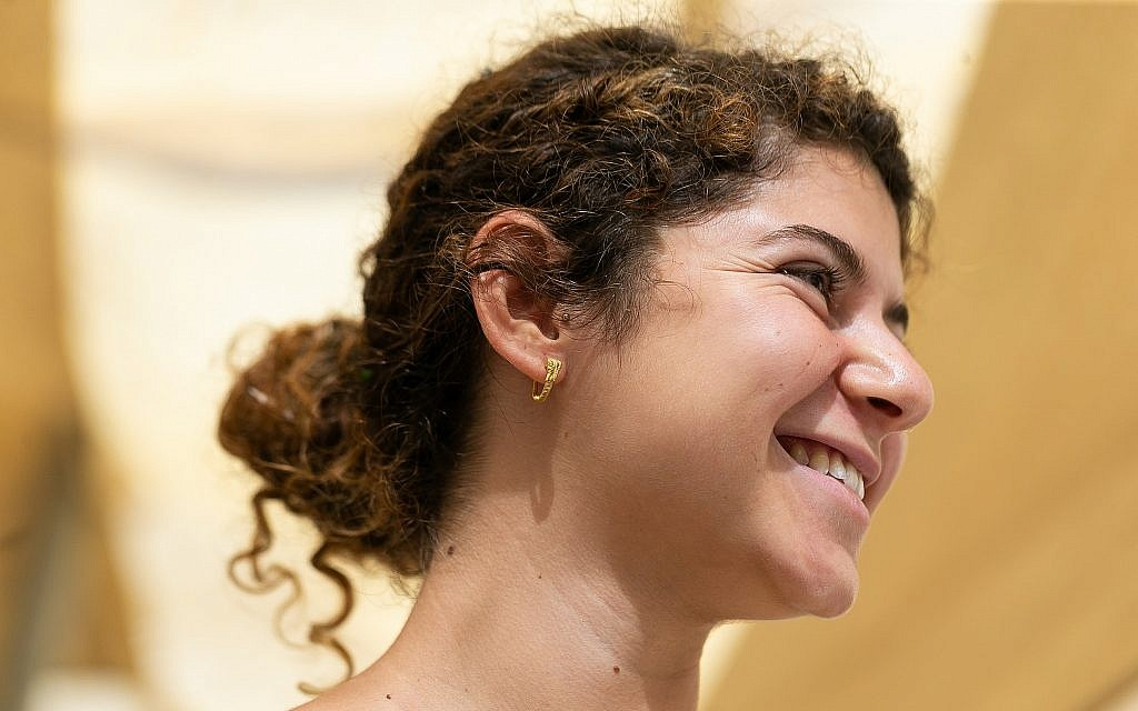 The gold Hellenistic-era earring unearthed in the City of David's Givati Parking Lot excavations belonged to an upper class man or woman in Jerusalem.  (Clara Amit, Israel Antiquities Authority)