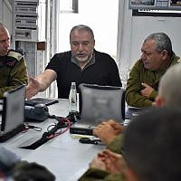 Defense Minister Avigdor Liberman (c) speaks at a briefing with IDF Chief of Staff Gadi Eisenkot (R) and Head of Northern Command Yoel Strick on August 7, 2018. (Ariel Hermoni/Defense Ministry)