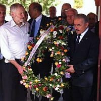 Jeremy Corbyn (second from left) holding a wreath during a visit to the Martyrs of Palestine, in Tunisia, in October 2014. (Facebook page of the Palestinian embassy in Tunisia)