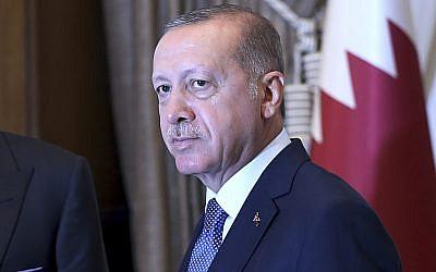 Turkey's President Recep Tayyip Erdogan, as he shakes hands with Qatar's Emir Sheikh Tamim bin Hamad Al Thani prior to their talks at the Presidential Palace in Ankara, Turkey, on August 15, 2018. (Presidential Press Service via AP, Pool)