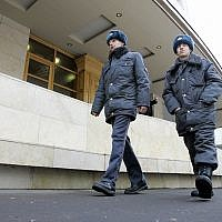 Police officers patrol outside the Maryina Roscha synagogue in downtown Moscow, January 12, 2006. (AP Photo/Alexander Zemlianichenko)