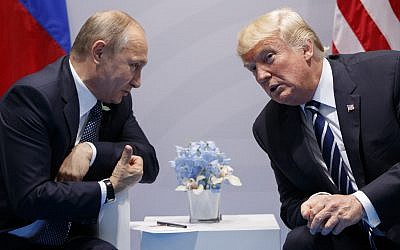 US President Donald Trump (right) meets with Russian President Vladimir Putin at the G-20 Summit in Hamburg, July 7, 2017. (AP Photo/ Evan Vucci)