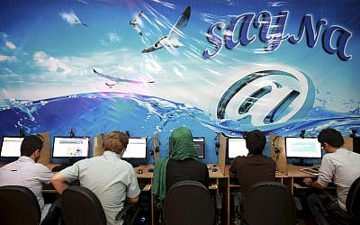 Iranians surf the Internet at a cafe in Tehran, Iran, on September 17, 2013. (Illustrative photo: AP/Ebrahim Noroozi)