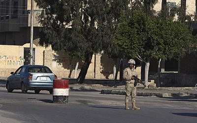 An Egyptian soldier mans a checkpoint in el-Arish, 290 kilometers (180 miles) east of Cairo, North Sinai, Egypt, Saturday, January 31, 2015 (AP Photo)