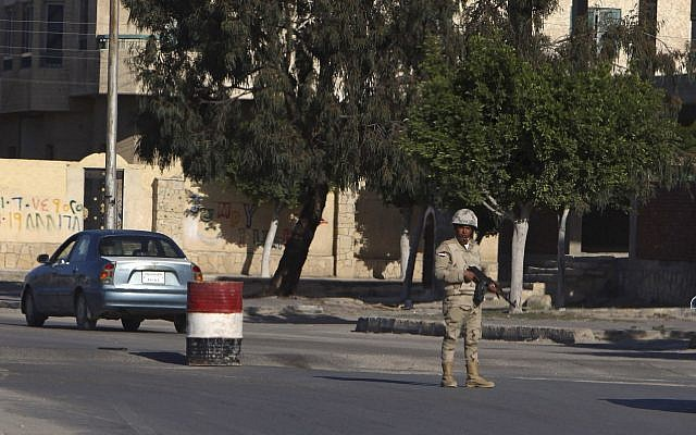 An Egyptian soldier mans a checkpoint in el-Arish, 290 kilometers (180 miles) east of Cairo, North Sinai, Egypt, January 31, 2015 (AP Photo)