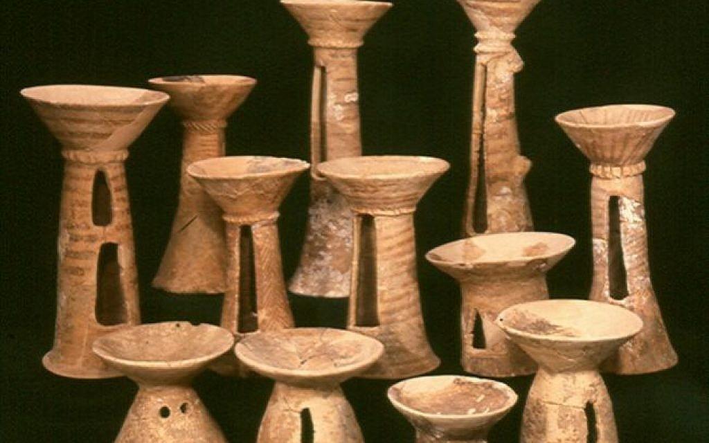 Cálices del período calcolítico excavados en la cueva Peki'in (Mariana Salzberger, cortesía de la Autoridad de Antigüedades de Israel)
