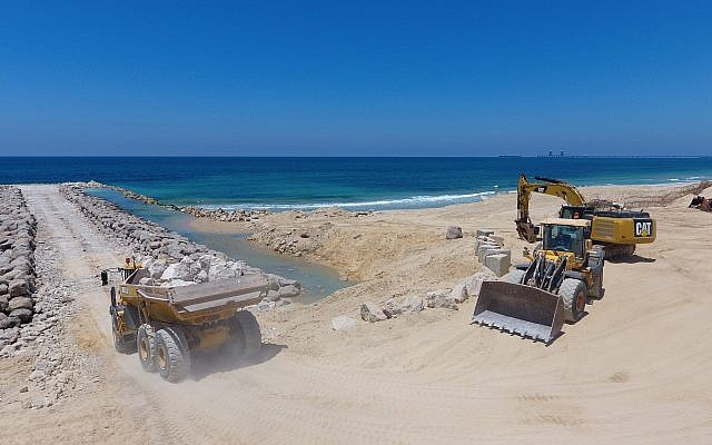 Construction of sea barrier at Zikim beach on August 5, 2018. (Defense Ministry)