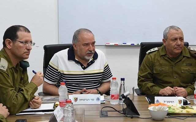 Defense Minister Avigdor Liberman, center, speaks with IDF chief Gadi Eisenkot, right, and other senior military officers during a visit to the Gaza Division on August 13, 2018. (Shahar Levi/Defense Ministry)