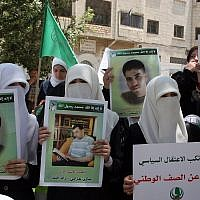 Hamas members rally calling for the release of Palestinians being held in West Bank and Gaza Strip jails in the West Bank city of Hebron on June 9, 2011. (Illustrative photo: Najeh Hashlamoun/FLASH 90)
