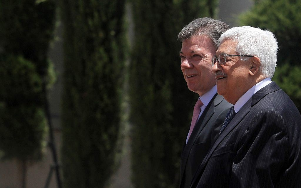 Colombian President Juan Manuel Santos (C) with Palestinian Authority President Mahmud Abbas during an official welcoming ceremony in Ramallah, June 4, 2013. (Issam Rimawi/Flash90)