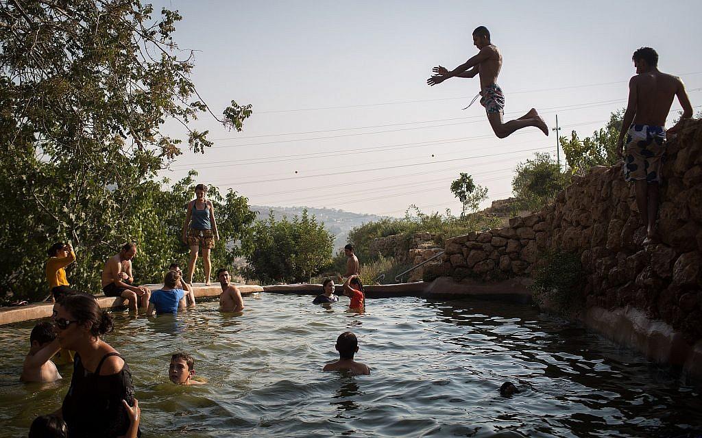 Locals getting wet at Ein Lavan, a natural spring near the Jerusalem Biblical Zoo (Hadas Parush/Flash 90)