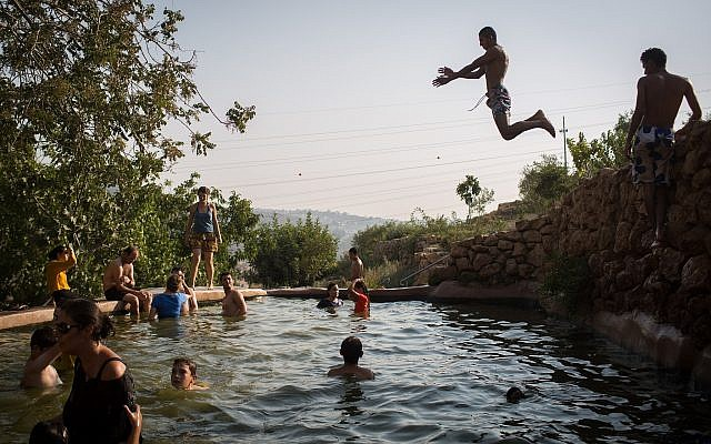 Locals getting wet at Ein Lavan, a natural spring near the Jerusalem Biblical Zoo (Hadas Parush/Flash 90)