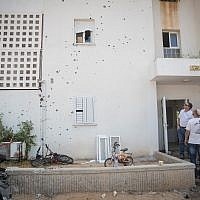 The site where a mortar shell from the Gaza Strip hit an apartment building and cars in the southern Israeli city of Sderot, on August 9, 2018. (Yonatan Sindel/Flash90)