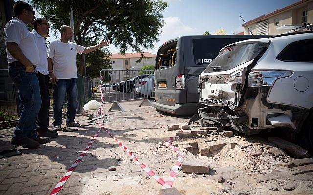 The site where a mortar shell from the Gaza Strip hit an apartment building and cars in the southern Israeli town of Sderot, August 9, 2018. (Yonatan Sindel/Flash90)