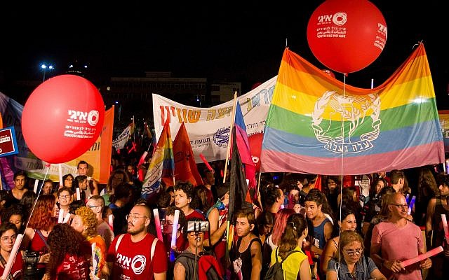 Thousands attend a ceremony to mark nine years since the shooting at Bar Noar LGBT center in 2009, in Tel Aviv, August 11, 2018. (Flash90)
