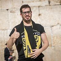 Moshe Hogeg, an Israeli businessman and the new owner of the Beitar Jerusalem soccer club, visits the Western Wall in Jerusalem's Old City on August 13, 2018. (Yonatan Sindel/Flash90)
