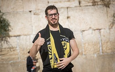Moshe Hogeg, an Israeli businessman and the new owner of the Beitar Jerusalem soccer club, visits the Western Wall in Jerusalem's Old City, on August 13, 2018. (Yonatan Sindel/Flash90)