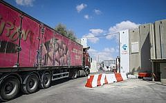 Trucks carrying goods enter the Gaza Strip through the Kerem Shalom Crossing after it was reopened by Israel on August 15, 2018. (Flash90)