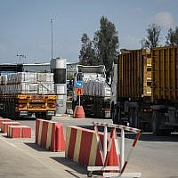 Trucks loaded with goods and merchandise make deliveries to the Gaza Strip after the Kerem Shalom crossing was opened on August 15, 2018. (Flash90)