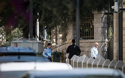 Police investigators arrive at the entrance to the Prime Minister Residence in Jerusalem on August 17, 2018. (Hadas Parush/Flash90)