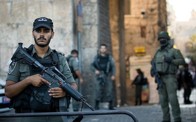 Security forces near the scene of a stabbing attempt in Jerusalem's Old City, August 17, 2018 (Yonatan Sindel/Flash90)