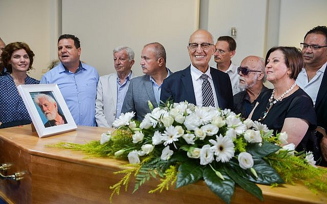 Zehava Galon (R), MK Dov Khenin, Joint (Arab) List leader Ayman Odeh, senior Palestinian official Nabil Shaath and Meretz party leader Tamar Zandberg attend the funeral service of late writer and founder of the Gush Shalom peace movement Uri Avnery in Tel Aviv on August 22, 2018. (Flash90)