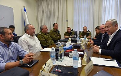 Prime Minister Benjamin Netanyahu (R) and Defense Minister Avigdor Liberman (2nd-L) meet with top IDF generals and Israeli security officials at the military's Kirya headquarters in Tel Aviv on August 9, 2018. (Ariel Hermoni/ Defense Ministry)