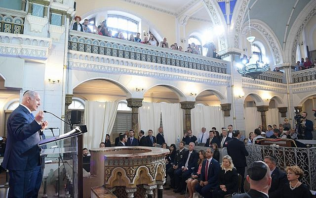 Prime Minister Benjamin Netanyahu speaks in Vilnius's Choral Synagogue on August 26, 2018. (Amos Ben-Gershom/GPO)