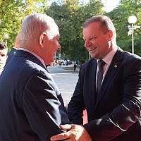 Prime Minister Benjamin Netanyahu meets with his Lithuanian counterpart Saulius Skvernelis in Vilnius, Lithuania, August 23, 2018. (Amos Ben Gershom/GPO)