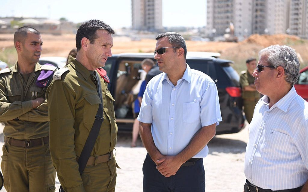 The head of the IDF's Southern Command Maj. Gen. Herzl Halevi, center-left, speaks with Sderot mayor Alon Davidi, center-right, during a visit to the southern town, which was hit repeatedly with rocket fire from the Gaza Strip on August 9, 2018. (Israel Defense Forces)