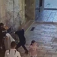 An assailant armed with a knife is seen attempting to stab a policeman in Jerusalem's Old City, August 17, 2018 (Israel Police)