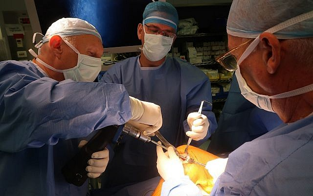 Team of surgeons implant CartiHeal's scaffold into a 30-yea- old woman's knee at Hadassah Medical Center, August 2018 (Hadassah Medical Center)