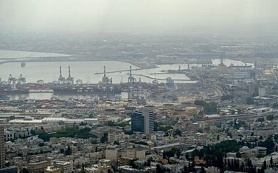 View of the oil refineries in the bay area of the northern city of Haifa, May 5, 2017.  (Yaniv Nadav/Flash90)