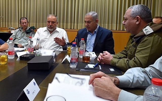 Prime Minister Benjamin Netanyahu (center) and Defense Minister Avigdor Liberman (2nd left) meet with top seucirty officials at IDF military's headquarters in Tel Aviv, early Thursday, August 9, 2018 (Defense Ministry)