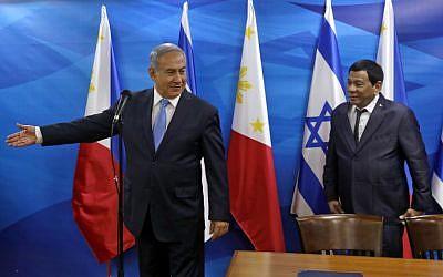 Prime Minister Benjamin Netanyahu gestures to the President of the Philippines Rodrigo Duterte during their meeting in Jerusalem September 3, 2018. (AFP PHOTO / POOL / RONEN ZVULUN)