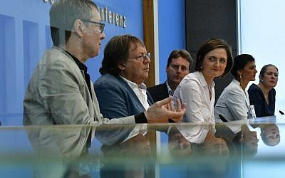 """Hans Albers, representative of the civil society, Ludger Volmer, former spokesman of the Greens, Bernd Stegemann, author and dramaturge, Simone Lange, Mayor of Flensburg and Sahra Wagenknecht of the far-left Die Linke party attend a press conference on the new left-wing cross-party political grouping """"Stand up"""" (Aufstehen) in Berlin on September 4, 2018. (AFP PHOTO / Tobias SCHWARZ)"""