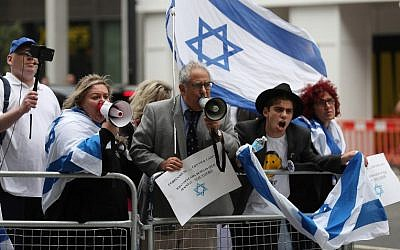 Demonstrators hold placards and flags of Israel as they protest outside the headquarters of Britain's opposition Labour party in central London on September 4, 2018. (AFP/ DANIEL LEAL-OLIVAS)