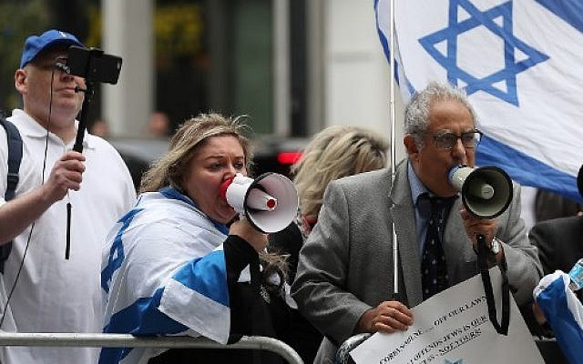 Demonstrators hold placards and flags of Israel as they protest outside the headquarters of Britain's opposition Labour party in central London on September 4, 2018. (AFP Photo/Daniel Leal-Olivas)